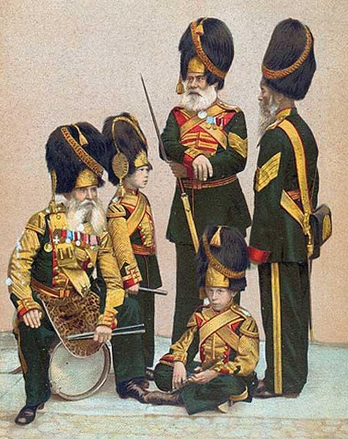 Раскрашенная фотография барабанщика, флейтистов и рядовых Роты Дворцовых Гренадер.