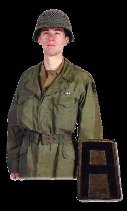 Военнослужащий 99 отдельного пехотного батальона «Викинги» армии США в полевой униформе М-1943. На левом предплечьи шеврон 1 армии, над карманом лента Серебряной звезды.